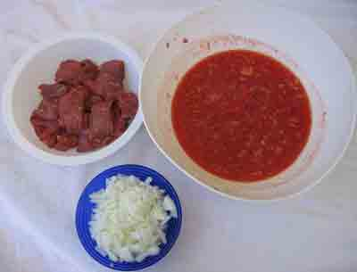 Beef, onion and tomatoes for moschari-me-agkinares